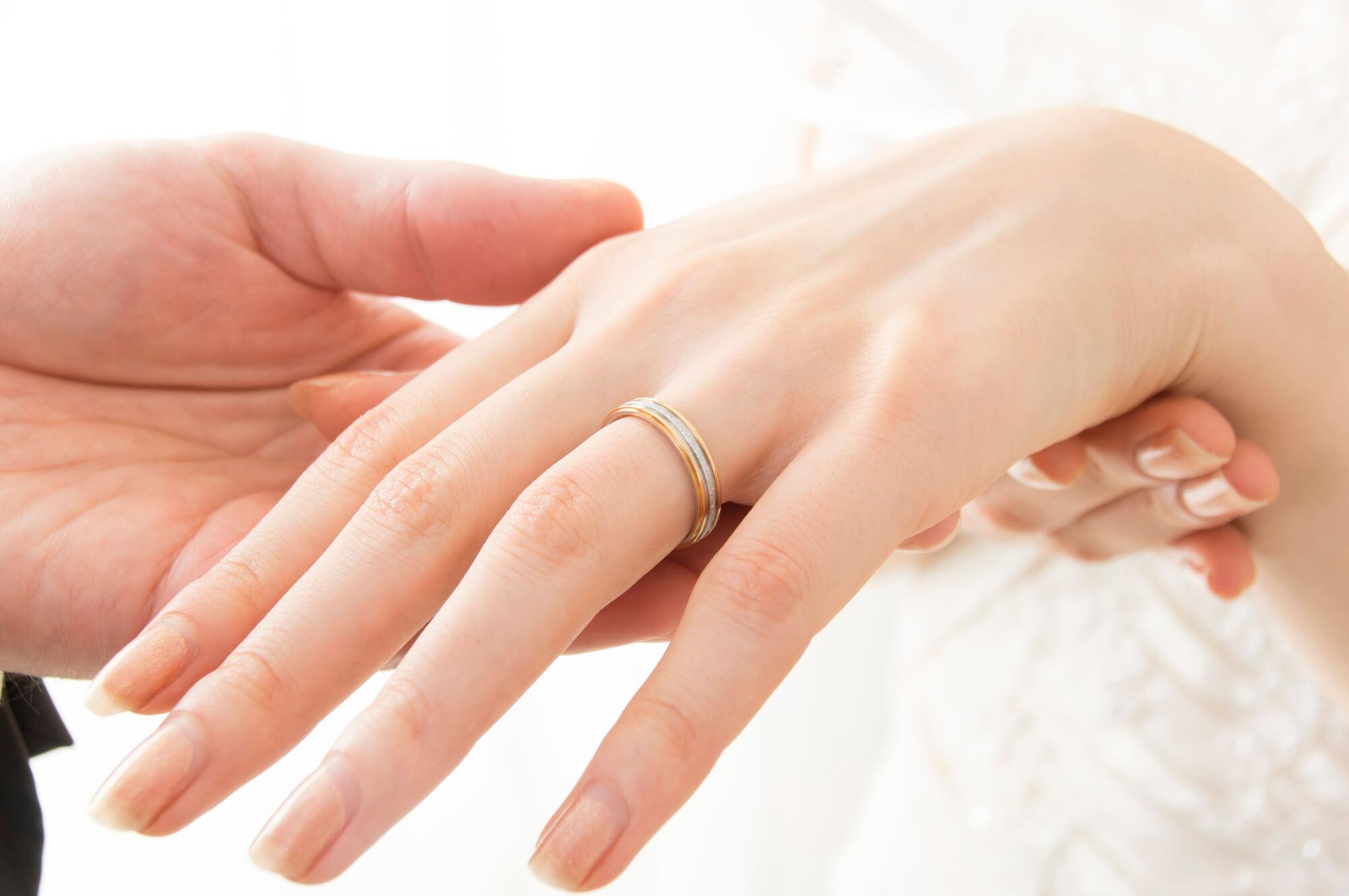 結婚線がある女性の手